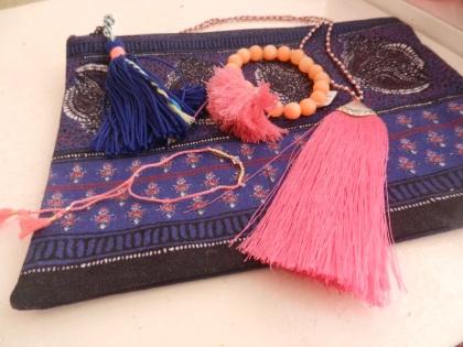 pochette et bijoux avec pompons