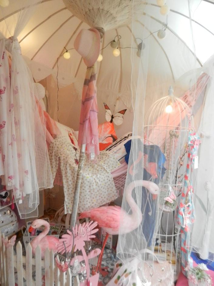 sous un parasol en rose et blanc