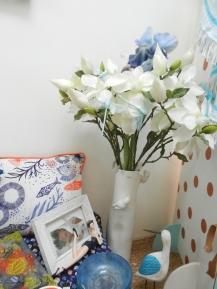 vase oiseau garni de magnolia et d'Iris
