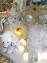 Maman ours de son bébé sortent de leur igloo.Noël 2017