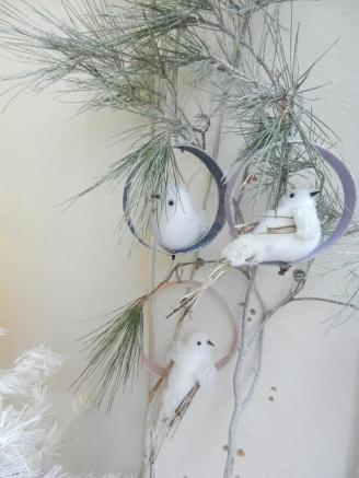 oiseaux enneigés sur une branche de sapin.Noël2017
