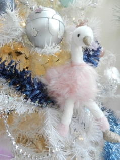 cygne en peluche sur sapin blanc.Noël 2017