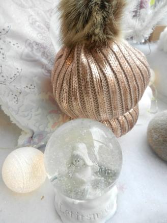 Bonnet avec pompon rose gold et boule à neige.
