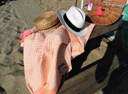 fouta de luxe tunisienne ,panama blanc et panier rond avec pompon