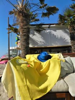 fouta nid d'abeille jaune citron , pochette quartier de citron et panama bleu dur