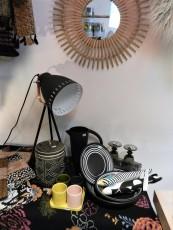 miroir soleil en rotin, lampe studio en métal noir et céramiques